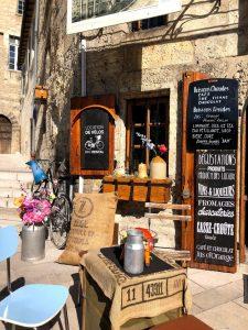Bij een cafe/eettentje kan je fietsen huren