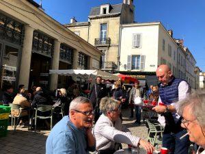 's morgens lekker koffie drinken op het pleintje voor La Halle